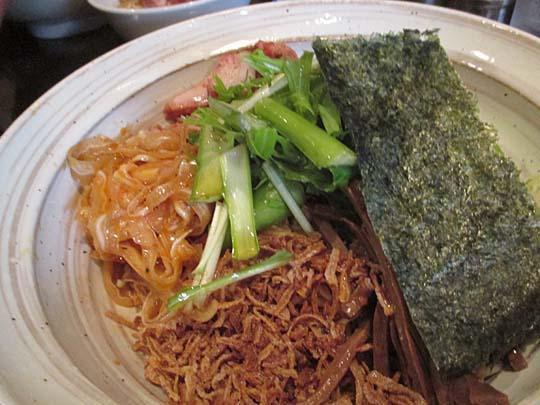 香麺は、水菜、鶏肉、カリカリにしたちりめんじゃこ、メンマ、ミミガー(豚の耳)、海苔