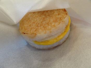 卵だけをはさんだライスバーガー