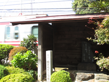 線路に隣接する芭蕉の句碑