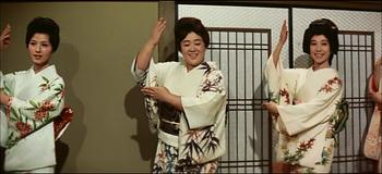 京塚昌子が踊っています