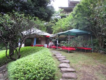 松月亭の背後に池上本門寺本殿