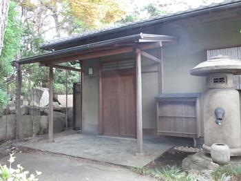 西郷と勝が会見したあずま屋の跡に再現されたと言われれう茶室浄庵