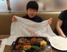 ナプキンで肉汁をよける横浜の「ハングリータイガー」で