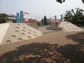 ガラクタ公園滑り台.png