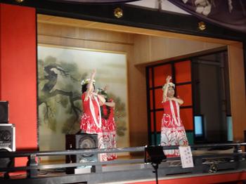 徳持神社神楽殿でダンスを踊る.png