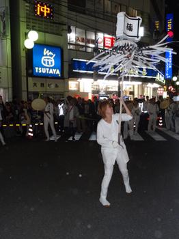 駅前で女の人も纏をふる.png