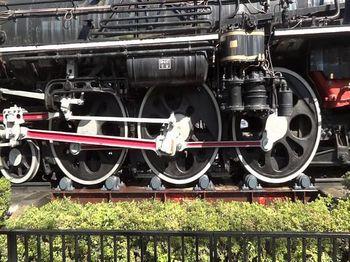 蒸気機関車のピストンが動き大動輪が回りだす