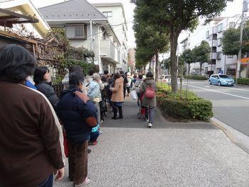 徳持神社に長い列を作る